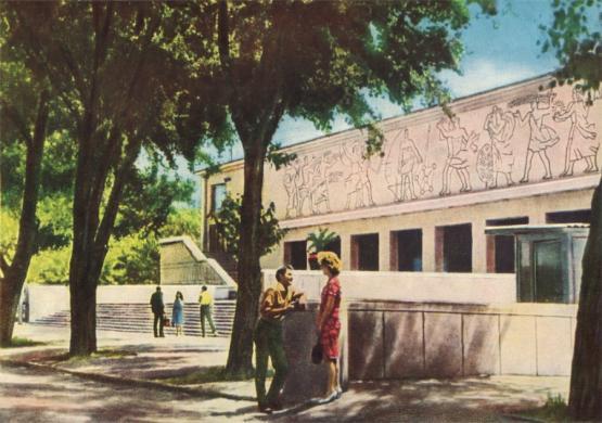 зеленый театр в парке революции.jpg